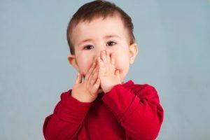 Ребенок мычит с зажатым ртом