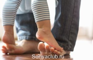 Ребёнок ходит на пальцах