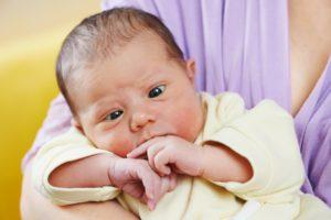 Ребенок 3 месяца смотрит в одну сторону