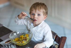 Давится ребенок едой