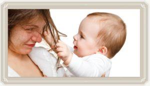 Ребёнок трогает волосы