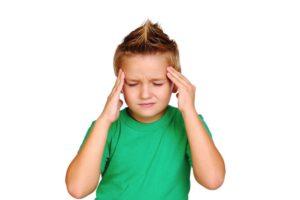 Ребенок 1год хватаетса за голову и плачет