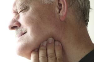Резкая боль в горле в области перехода подбородка в шею после зевания