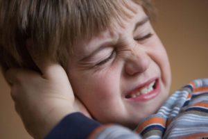 Ребенок плачет при чихании и хватается за ушко