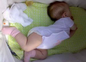 Ребенок 3 месяца выгибает спину
