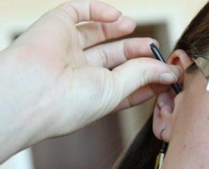 Микронаушник застрял в ухе