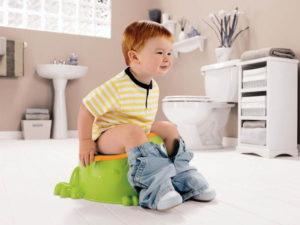 Ребенок какает стоя