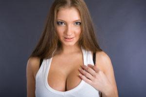 В 14 лет большая грудь, разный размер, маленькие камушки