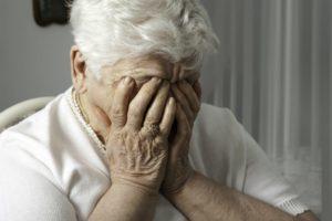 Пожилой человек издает странные звуки