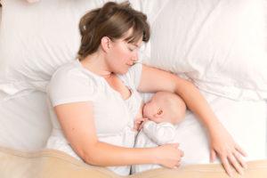 Ребенок очень беспокойно себя ведет во время кормления грудью