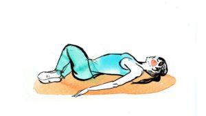 Малыш делает странные движения ногами, лежа на животе