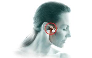 При сжатии челюсти боль отдает в ухо