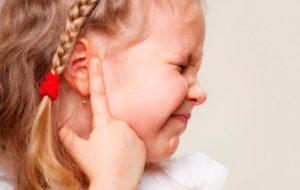 Нажимаешь на ушко ребенок кашляет