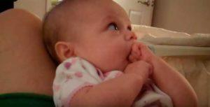 Ребенок тянет в рот только левый кулачок
