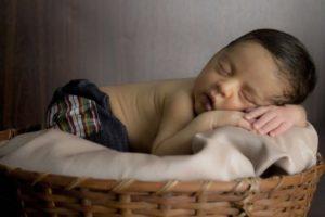 Ребенок во сне садиться и спит сидя