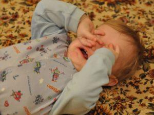 Ребёнок просыпается ночью и не может уснуть кричит дергает ногами