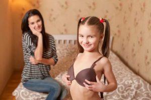 У дочки. У девочки 13 лет одна грудь больше другой