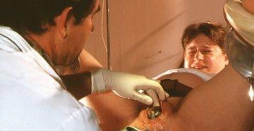 После зашивания влагалища врачом, практикантка засунула руку
