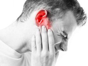 При вдохе и выдохе сильный дискомфорт в ухе