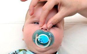 Ребенок хрюкает носом